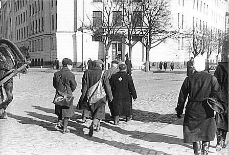 08_Riga_Juden_müssen_auf_dem_Fahrdamm_gehen.jpg